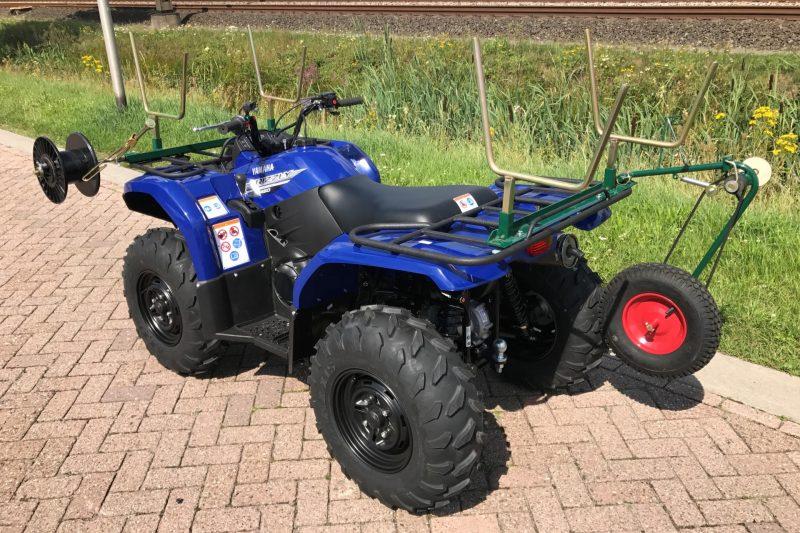 Yamaha Grizzly 450IRS voorzien van afrasteringssyteem, als hulpmiddel voor het afrastering maken.